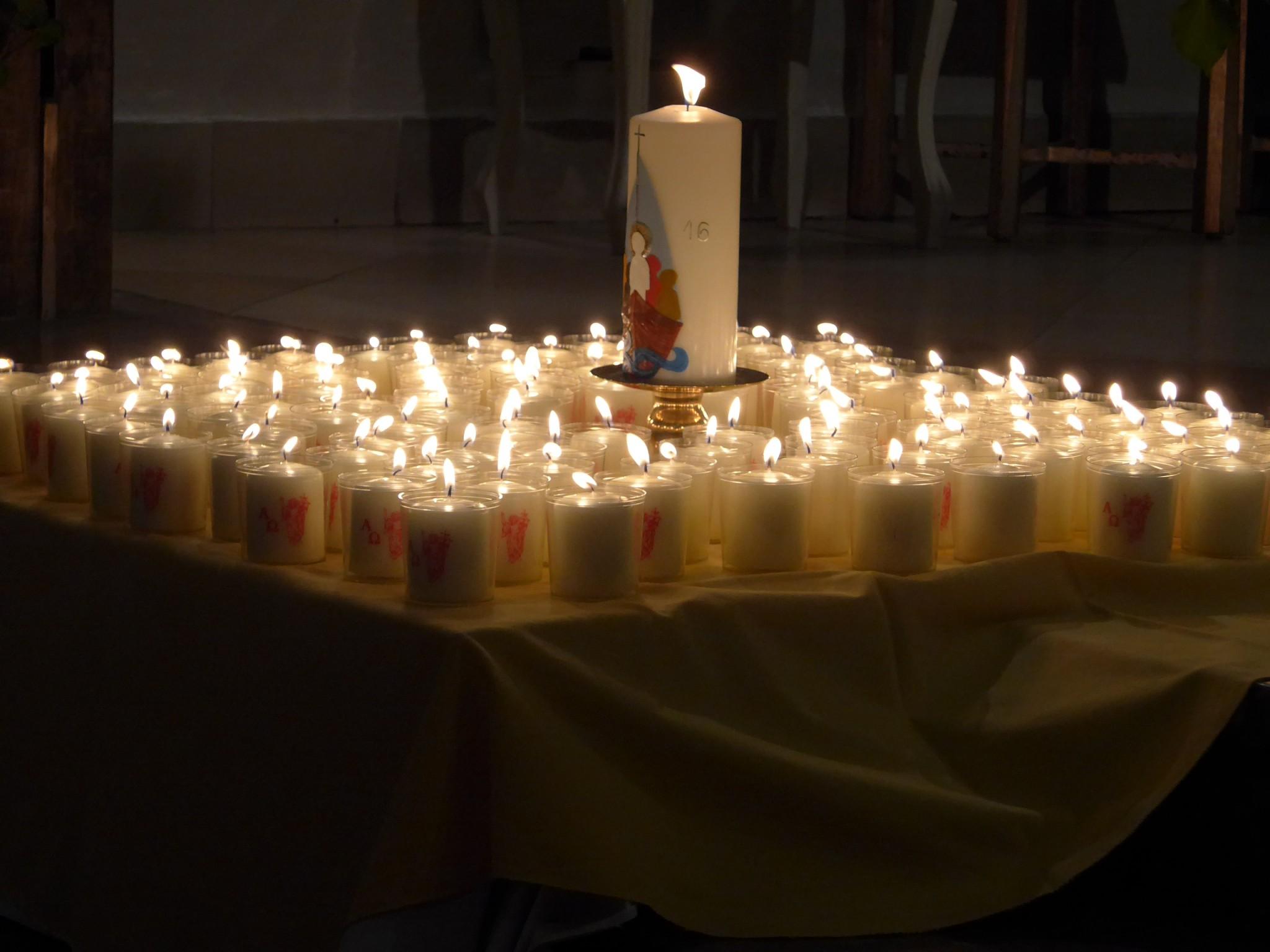 Die Jesuskerze in mitten der Kerzen für die Kinder