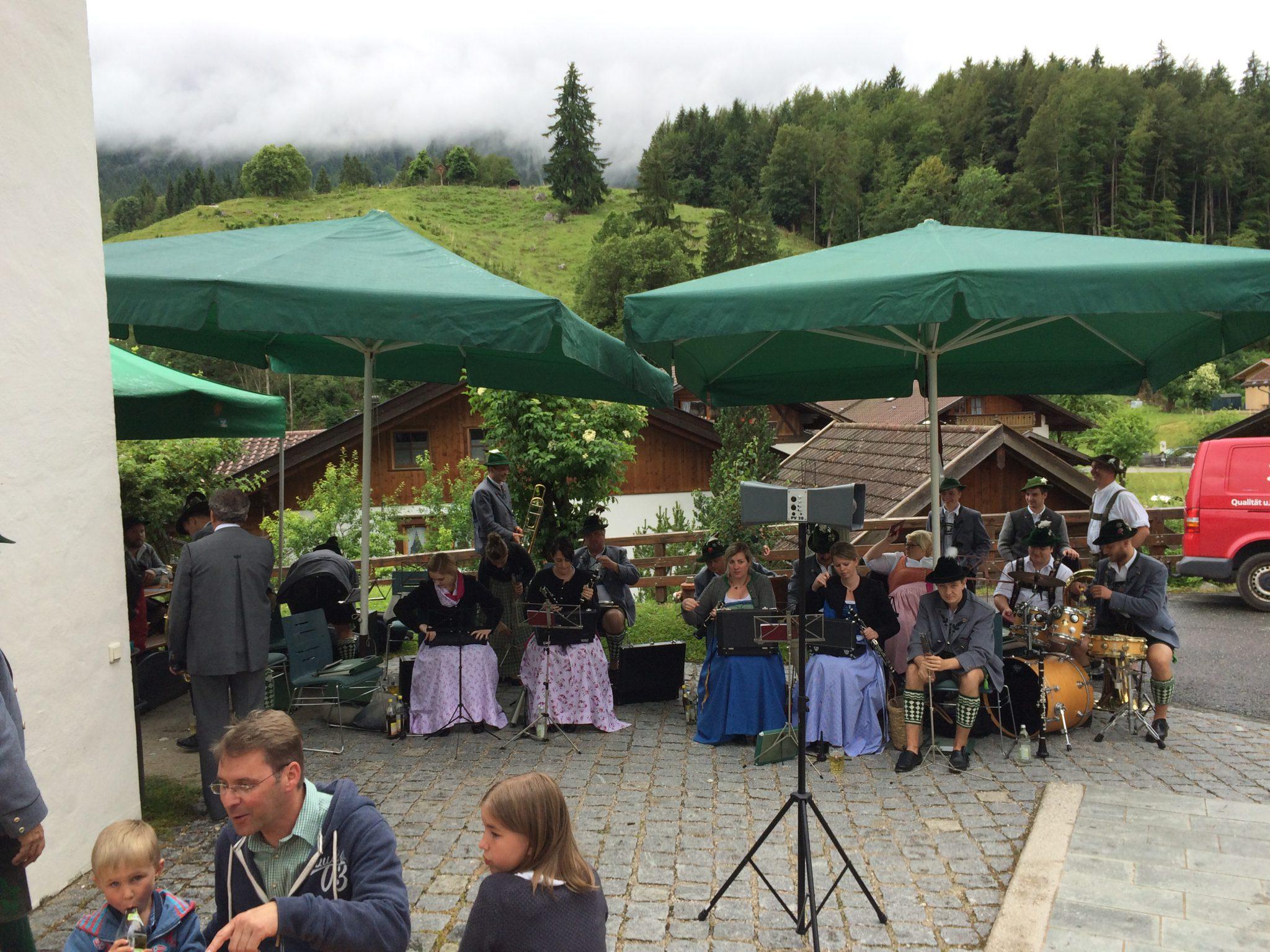 Musikkapelle Grainau und Pfarrer Konitzer
